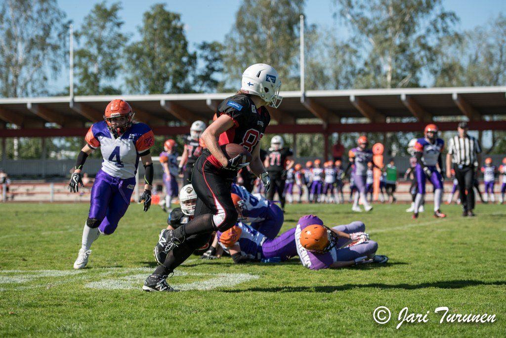 Steelersin Noora Koponen poimii rähmätyn pallon ja vie sen maaliin.